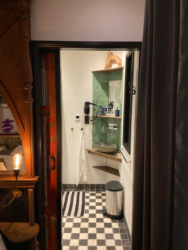 Entrance to your private bathroom in Houseboat room Diem